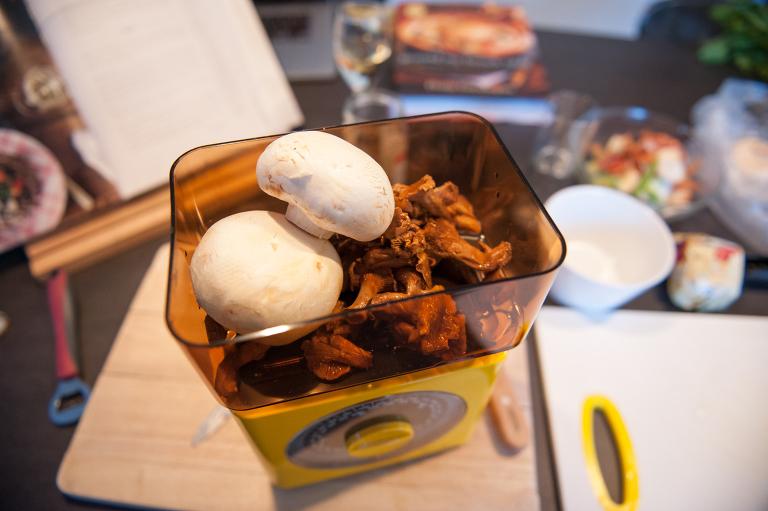 chanterelles and champignons de paris